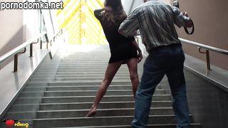 Девушка задирает юбку без трусиков в подземном переходе
