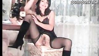 Ретро порно из 90-х с мастурбацией девушки в чулках из Ростова