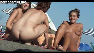 Скрытам камера на пляже в Крыму снимает стройных нудисток