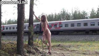 Стройная эксгибиционистка позирует голая перед проходящим поездом