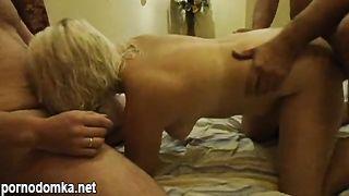 Замужняя блондинка сексвайф несколько раз кончает от секса МЖМ