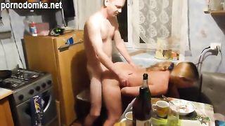 Жена снимает как пьяный муж трахает её подругу на кухне