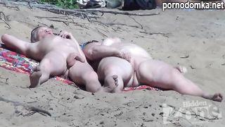 Подсматривание через скрытую камеру за пожилыми нудистами на пляже Сочи