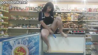 Продавщица сельского магазина мастурбирует на прилавке