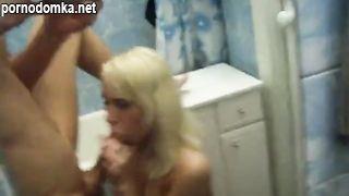 Студент развел молодую блондинку на оральный секс в туалете общаги