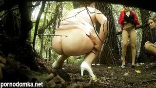 Скрытая камера сняла как ссут женщины в лесу на свадьбе