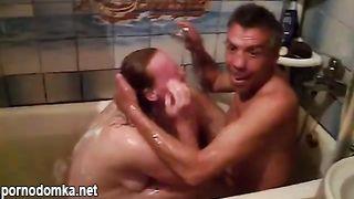 Пьяные бичи трахаются в ванной, а их друг алкаш снимает это на телефон