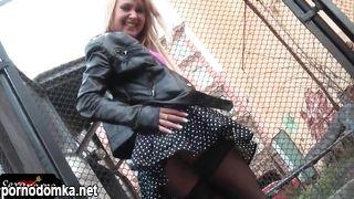 Блондинка задирает юбку на улице и показывает попку в черных колготках