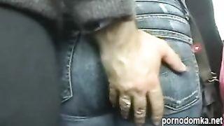 Парень качок нагло лапает девок в автобусе
