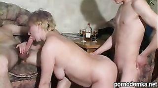 Два молодых ебаря трахнули пьяную русскую бабку