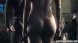 Красивая мулатка засветила упругие сиськи и задницу в  известном сериале