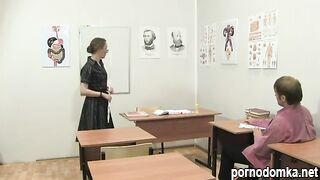 Неудачник выебал свою зрелую учительницу в черных чулках
