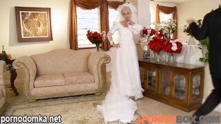 Брат жениха жестко трахает невесту в рот и в пизду
