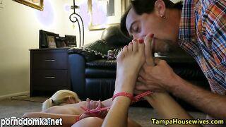 Муж связал свою голую жену и заклеил рот скотчем, чтобы лизать ей ноги