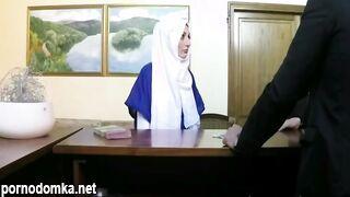 Владелец отеля трахнул беженку-мусульманку