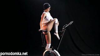Спортсменка получает оргазм на велотренажере