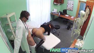Хирург трахнул пациентку в бритую пизду, забрызгав влагалище спермой