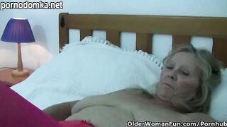 Бабушка в красных чулках сжимает свои большие сиськи