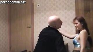 Дедушка лижет киску 19-ти летней внучки и трахает ее