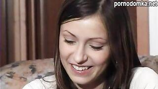 Вудман трахает молодую студентку Айшу  с красивой улыбкой в отеле