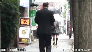 Зрелый профессор трахает пальцами своего японского студента