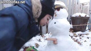Девка подсоединила фаллоимитатор к снеговику и надела его на свою пизду