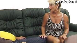 Племянник трахнул тетю в лохматую киску, чтобы она дала денег