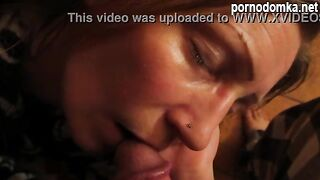 Сын водит головкой по губам спящей мамы