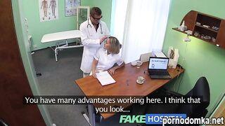 Пластический хирург трахает медсестру