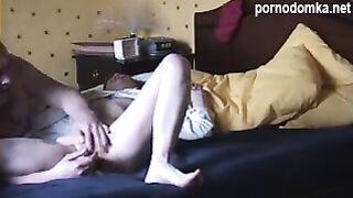 Мужик доводит соседку до оргазма