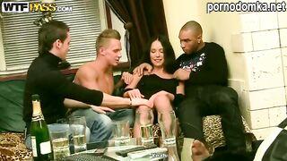 Трое русских парней насаживают члены за обе щеки