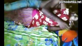 Чернокожая индийская пара трахается в миссионерской позе