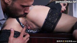 Секретарша с вылизанной задницей трахает ее пизду и трахает пальцами