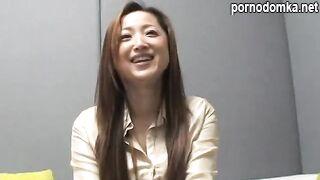 Японская официантка трахается в волостную пизду с бизнесменом на кастинге
