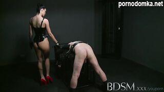 Госпожа в корсете жестко дрочит член связанного раба