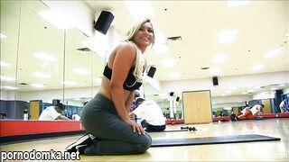 Спортсменка в леггинсах показала сиськи и попку на тренировке в спортзале