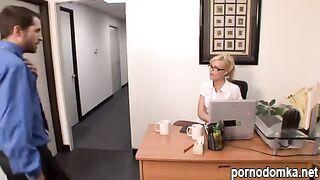 Начальник застукал секретаршу за сексом по телефону и трахнул в офисе