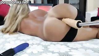 Загорелая шлюха с большой жопой трахает себя секс машиной на стриме