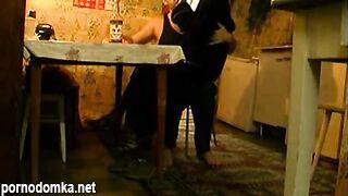 Русский папа пьяный во время секса облил свою дочь водкой
