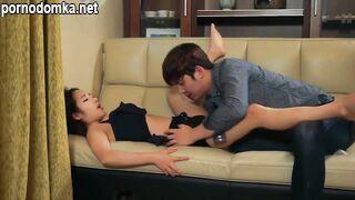 Азиатка нежно трахается со своим любовником