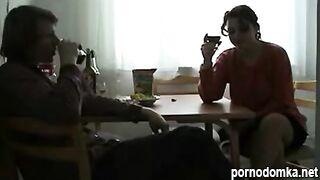 Пьяная русская ебется на кухне с соседом