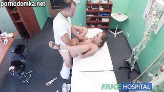 Доктор лечит грудастую пациентку членом и трахает ее в узкую попку