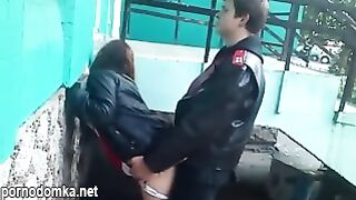Русская шлюха трахается на улице с молодым пикапером