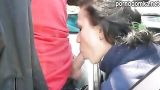 Русская девушка сосет член бойфренда через окно машины