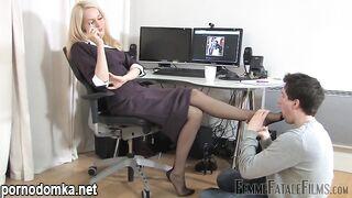 Работник унижается и лижет ножки начальницы в чулках