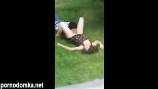 Подглядел, как сосед вылизывал пилотку девушки на лужайке