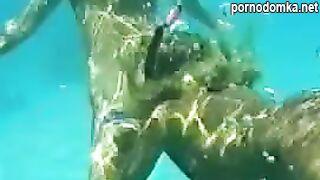 Аквалангистка сделала подводный минет учителю по плаванию