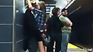 Молодая пара трахается и целуется на перроне в метро