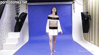 Галина Маркова демонстрирует на камеру свои гибкие голые навыки