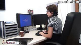 ИТ-служащий трахает горячую брюнетку-секретаршу на рабочем месте